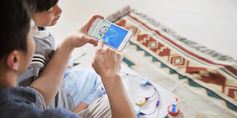 """近日,""""现在串联未来""""2016Q2葡萄科技新品发布会在上海葡萄纬度科技有限公司(以下简称""""葡萄科技"""")举行。发布会在该公司刚刚搬入的位于上海漕河泾某园区的""""新家""""召开,在充满奇幻色彩的儿童放映厅,葡萄科技首席产品官盛晓峰发布了一款科技感与趣味性深度融合的儿童科技产品——奇妙电路,为在场来宾开启了一个""""见,所未见""""的物理科学启蒙世界。现场还邀请到十几位自闭症儿童,走进葡萄科技的互动体验区"""