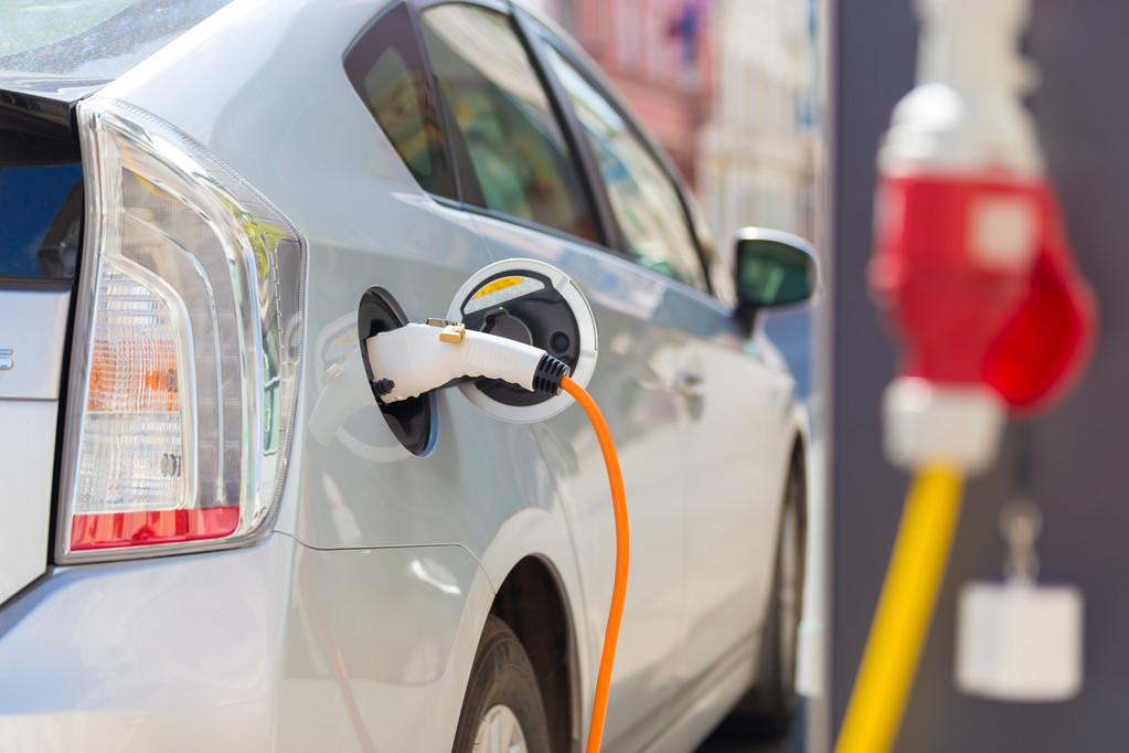 """新能源汽车狂欢变焦虑:比亚迪净利下滑31%,特斯拉""""朝令夕改"""""""