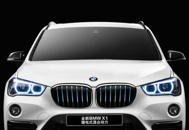 蓝鲸汽车9月4日文,9月1日晚,宝马在成都车展前夜全球首发全新BMW X1插电式混合动力。这款车是在全新BMW X1产品基础上,整合了源自BMW i品牌的创新eDrive技术而来。  据了解,为了保证电池安全性,BMW专门开发了模块化电池结构,高压锂子电池被固定在相互独立的模块中,安全又便于替换。另外,BMW研发的锂电池液态冷却技术,使电池始终处于安全温度,保障了车辆可靠、安全、稳定的电动里程。  全新BMW X1插电式混合力的eDrive技术提供三种驱动模式,简单切换按钮即可控制能量转换:Auto eD